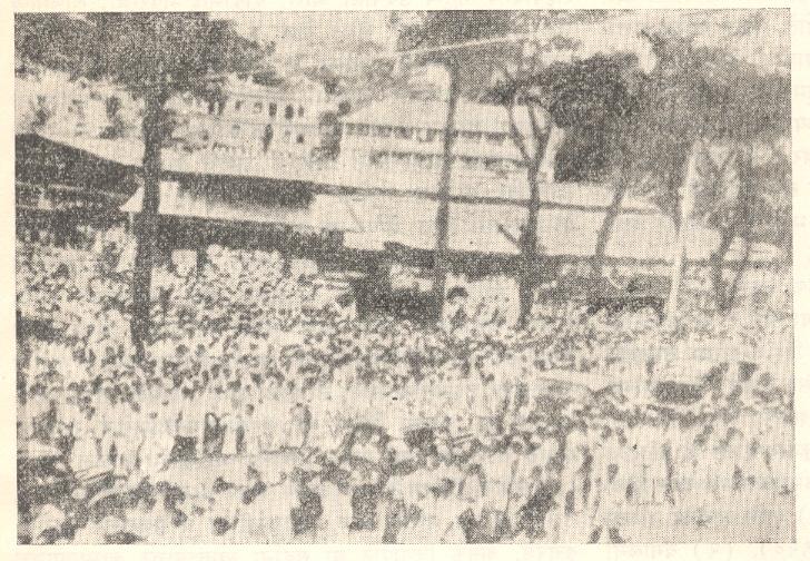 'छोडो भारत' हा ऐतिहासिक ठराव करणाऱ्या अ. भा. काँग्रेस समितीच्या बैठकीच्या सभागृहाबाहेर जमलेला जनसमुदाय, मुंबई, ८ ऑगस्ट १९४२.