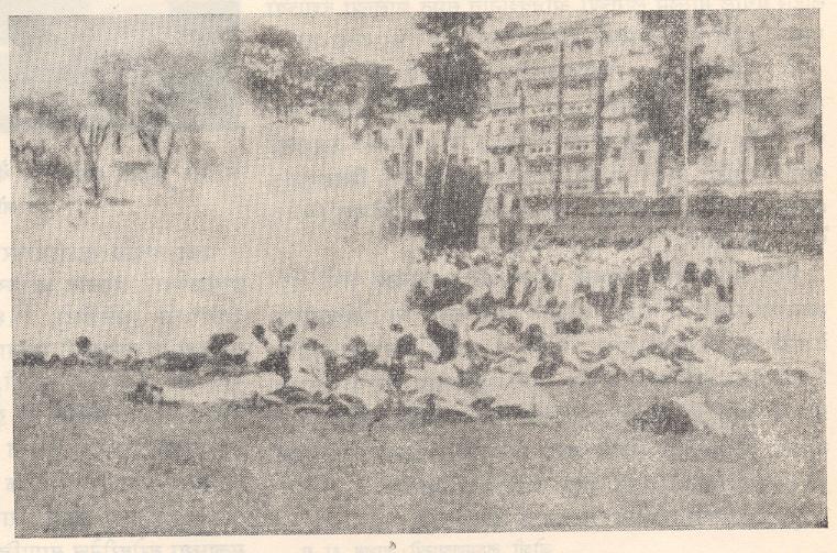 प्रक्षुब्ध जमावावर पोलिसांनी सोडलेला अश्रुधूर, मुंबई, ८ ऑगस्ट १९४२.