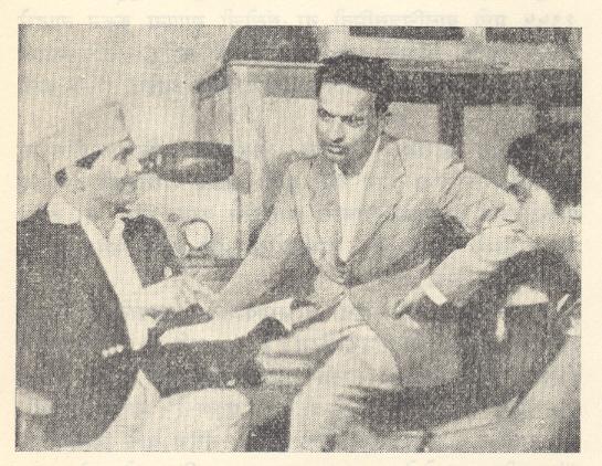 व्ही. शांताराम : 'शेजारी' चित्रपटाच्या संगीतदिग्दर्शन प्रसंगी, १९४१.