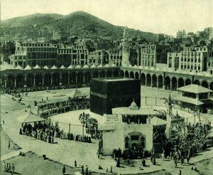जगप्रसिद्ध मक्का-मशिदीतील पवित्र काबा-स्थान